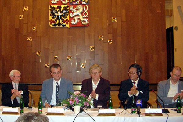 """捷克议会议员兼本次会议主持人.班达先生幽默的补充说:""""带着这样的目的去中国,<br /><figcaption class="""