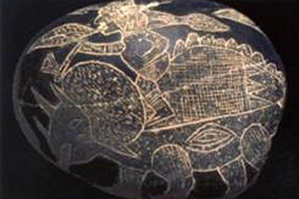 ICA博物馆的石头上刻着人骑在三角龙的背上(图片提供:Dr. Don Patton)