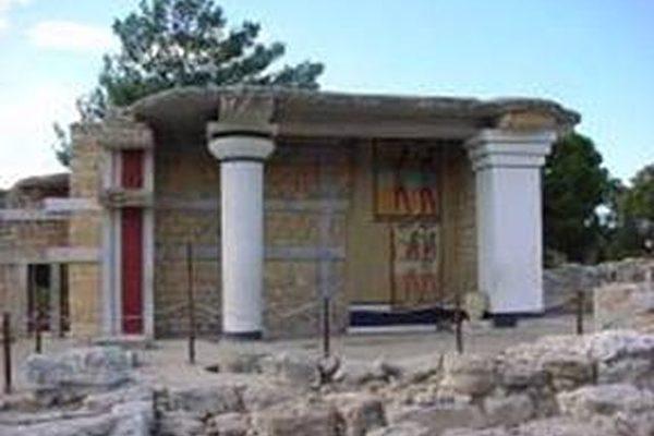 库诺索斯宫殿遗址位于丘陵上,楼高三到四层,此为南侧入口一景(图片提供:Dilos Holiday World)