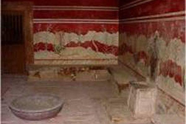 库诺索斯王宫的王座之室,右墙石椅是米诺斯国王的宝座(图片提供:Dilos Holiday World)