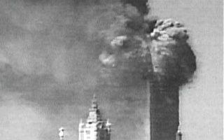2001年911恐怖事件中,世贸中心大楼受袭击之后,高层的人们在撤离之前平均等待了5分钟!(图片提供:Paper Tiger TV, NYC-IMC, Big Noise Tactical)