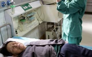 2005年10月30日上午9点许,武汉市武昌白沙洲废旧交易市场,一只500公斤装的液氯钢瓶发生氯气泄露事故。在泄露点的9名老人被熏倒,送往省武警医院救治。 大纪元新闻图片。