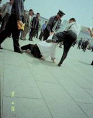 二○○一年四月二十五日,天安门广场警察抓捕、殴打到广场和平请愿的法轮功学员。(图片提供:明慧网)