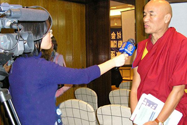 亲身遭受迫害的西藏僧人在接受记者采访(大纪元)