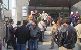 北京司法侷門前聚集的訪民(大紀元)