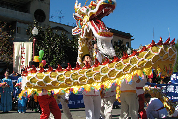庆祝活动以喜气洋洋的舞龙开场(大纪元图片)