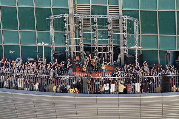 五月天在101戶外觀景台開唱/滾石唱片提供
