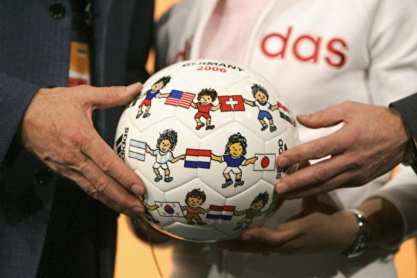 德国体育用品制造商Adidasu研发的皮球。/Getty Images