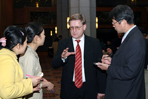 「無疆界人權組織」代表Willy Fautre在接受大紀元記者採訪(大紀元記者徐良玉攝)
