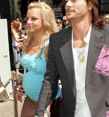 布兰妮和凯文.费德勒当选第三名。。布兰妮怀孕时,整个人肥了一大圈,还大方上街秀给记者拍照。(图∕Getty Images)