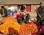 2005 年12月17 日河南省,一农夫在卖橘子/Getty Images