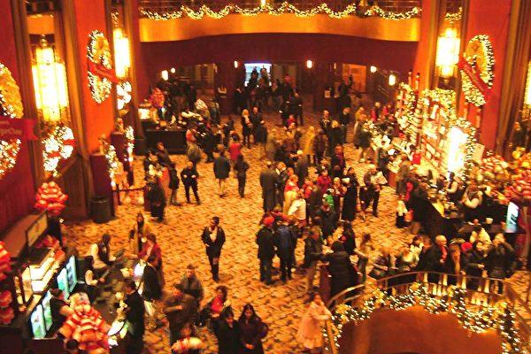 豪华有如宫廷的Radio City大厅内等待看圣诞秀的观众