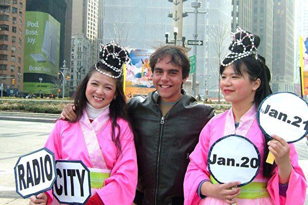 Radio City大门前的仙女特别秀,因为太美了,纽约客抢着与仙女们