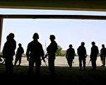 美國陸軍今天表示,最高募兵年限已從三十五歲延長到四十歲,同時也將報名簽約津貼加倍成為四萬美元。(圖片來源:法新社)