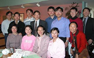 駐洛杉磯經濟文化辦事處文化組,22日舉辦南加地區留學生新年餐聚,公費學生代表與組長陳水金合影留念。﹙大紀元記者袁玫攝﹚