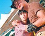 孫興(右)抱著李佳穎,心裡想著太座的叮嚀。(公視提供)