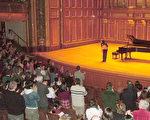 全場觀眾起立為陳宏寬精彩的演出喝采/波士頓新聞提供