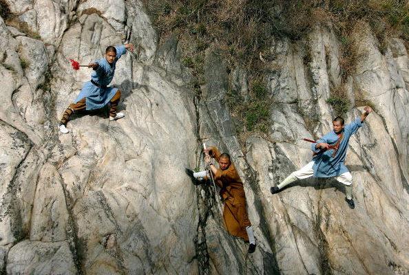 少林寺的僧侶在河南省一處高山峭壁上展示他們的功夫。(Getty Images 2005/04/12)
