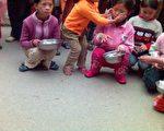 伤者与失踪者的孤儿在路边乞讨(2月18日摄﹐大纪元图片)