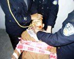 近日在南京市女子監獄內,被非法關押的南京法輪功學員王惠蘭多器官出現衰竭,生命垂危。圖為法輪功學員反迫害絕食被強制灌食(酷刑演示)(大紀元)