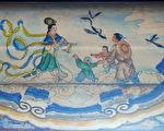 """颐和园长廊上""""牛郎织女鹊桥会""""的彩绘。(公有领域)"""