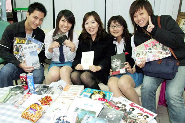 文藻外語學院刮起「韓」流,去年起開設韓文課程以來,吸引學子搶修,修課學生不乏哈韓一族,韓籍教師鄭恩英(中)一日與學生分享學習的樂趣。(圖:文藻提供)//中央社