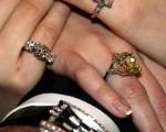 哈里·溫斯頓名店中的各式鑽飾珠寶即將在奧斯卡頒獎典禮中亮相。(Getty Images,2006年3月1日)