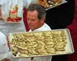 廚師製作小金人模型的巧克力/Getty Images)