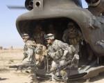 美军第101空降师由直升机运送在16日空降伊拉克萨迈拉,对反叛嫌疑份子展开袭击。(Photo by Getty Images)