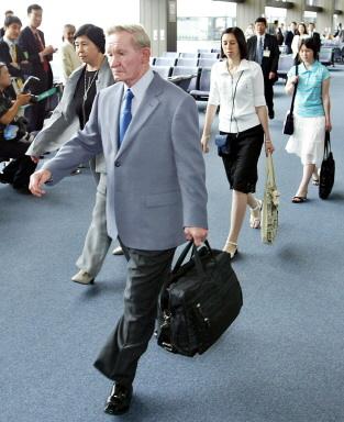 2004年7日,日本人質曾我瞳的丈夫、美國大兵查爾斯·詹金斯在日本政府的大力營救下也帶著兩個女兒回到了日本。圖為詹金斯(左二)一家在日本機場。日本妻子(左一),緊隨他們身後是兩個在北韓出生的女兒。(AFP)