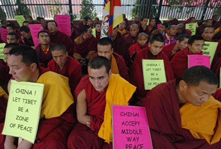 圖為2005年12月底印度新德里的藏人喇嘛靜坐抗議當時中共拘押西藏喇嘛數人。(AFP/Getty Images 圖片)