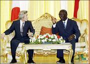 日本首相小泉纯一郎今天在迦纳与总统库佛会晤后再度重申,他要求非洲和日本能成为扩充后的联合国安全理事会成员。(图片来源:法新社)