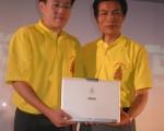 庆祝泰王登基六十周年,华硕电脑取得皇室授权,独家推出印有皇家徽章的笔记型电脑,市场行销部总裁曾锵声(右)与泰国分公司经理彭帖(左)共同展示。//中央社