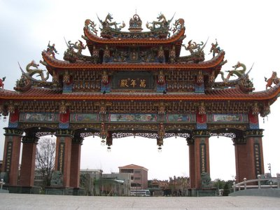 府城灣裡萬年殿 傳統閩南五山式廟宇建築八柱的牌樓,氣勢磅礡雄偉壯麗 。(大紀元記者黃蓄蔚攝影)