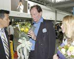 歐洲議會副主席愛德華.麥克米蘭.史考特先生(Mr. Edward McMillan-Scott)(右二)正在談北京之行。(大紀元記者李明攝)