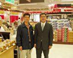 韩亚龙营销副总裁金建烨(右)和新泽西州樱桃山分店经理杨会潭。(大纪元)