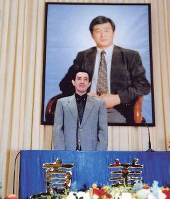2002年12月29日,來自全台各地與海外法輪功學員,在台灣大學體育館舉行2002年修煉心得交流會。台北市長馬英九也到場致詞,聲援在中國大陸遭迫害的法輪功學員,呼籲中共當局以寬容與包容的態度面對法輪功,尊重宗教自由。(大紀元)