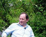 欧洲议会副主席爱德华.麦克米兰-斯考特先生在家中接受采访。(大纪元)