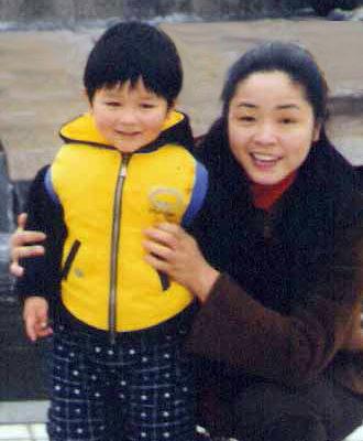 因家中搜出1850张《九评共产党》光盘被判刑7年的高辉和5岁儿子黄润