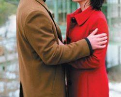 珊卓布拉克(右)跟基努李维(左)共谱跨时空的浪漫恋曲。(华纳提供)