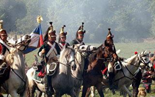 来自法、英、德、俄等国家的志愿者在比利时的滑铁卢战役旧址,模拟了当时1815年6月18日的情景,滑铁卢战役也是拿破仑的最后一场战役。(JACQUES COLLET/AFP/Getty Images)