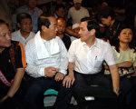 国民党主席马英九(右二)26日晚到立法院外,支持罢免案静坐现场,与亲民党主席宋楚瑜会面,2人为27日的罢免案一同静坐。(中央社)