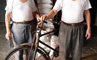 """""""金泉成""""杂粮行两兄弟王锡碧(右)王东林(左)和50年霸王脚踏车(大纪元记者孙帼英摄影)"""