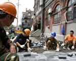 上海一工地,中國農村青年到城市工作 (MARK RALSTON/AFP/Getty Images 2006-6-5)