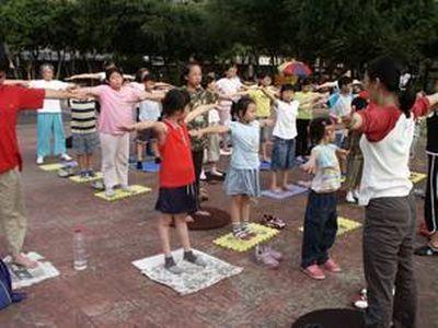 到户外的公园,将大法的美好功法分享给社区民众(大纪元记者黄瑞芬摄影)