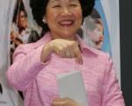 香港前政務司長陳方安生昨日欣賞香港藝術節的亞洲青年管弦樂隊表演,她表示希望港府盡速訂定普選時間表。(AFP)