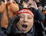 參加罷工活動的鄭俊鎬/AFP