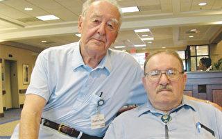 查尔斯‧斯坦(左)和麦可‧马果西斯最近在美国大屠杀博物馆重新讲述他们在大屠杀时的故事。(图片提供﹕Amber Healy/The Connection)