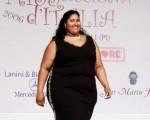 7月23日在意大利中部城市Forcoli举行的丰满小姐(Miss Cicciona)选举,女士体重至少要超过220磅才可参赛。图为夺冠佳丽Silvana Vergara在比赛中露出笑容(TIZIANA FABI/AFP/Getty Images)