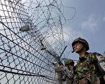 韩国士兵正在非军事区(DMZ)巡逻。(JUNG YEON-JE/AFP/Getty Images/07 July 2006)